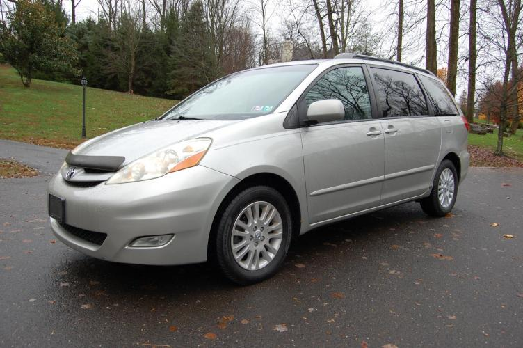 2007 Silver /Gray Toyota Sienna XLE FWD (5TDZK22C17S) with an 3.5L V6 EFI DOHC 24V engine, 5-Speed Automatic Overdrive transmission, located at 6528 Lower York Road, New Hope, PA, 18938, (215) 862-9555, 40.358707, -74.977882 - Photo #0